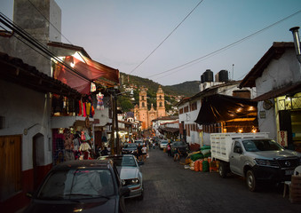 Aussicht auf beleuchtete Kirche vom Markt aus am Abend, vom Markt aus, Valle de Bravo, Mexiko, Pueblo Magico