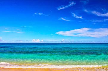 真夏の宮古島。来間島の長間浜の前に広がるエメラルドグリーンの海