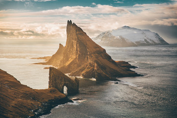 Sonnenuntergang in den Bergen Faroe Islands Drangarnir Episch  Wall mural