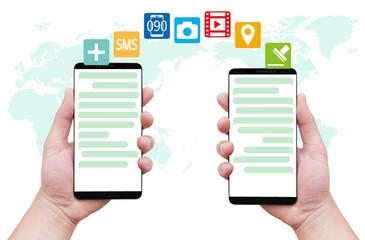 チャットアプリでやり取りする2人の手-世界地図背景