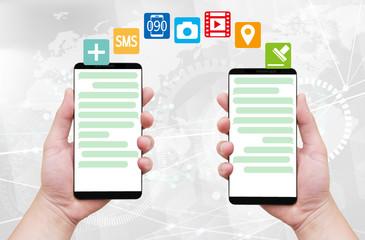 チャットアプリでやり取りする2人の手-デジタル背景