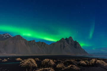 Islanda, la terra dei vichinghi. Aurora boreale sopra il monte Vestrahorn, nella laguna dello Stokksnes.