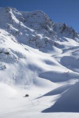 petits chalets au milieu des montagnes enneigées