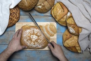 ekmek dilimleyen eller
