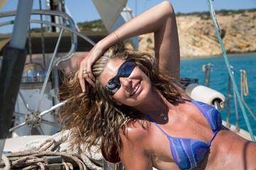 Donna in barca a vela
