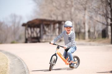自転車で遊ぶ男の子