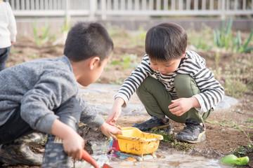 泥遊びをする子供 Fototapete