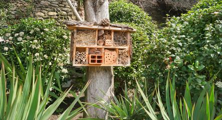 Insektenhotel für den Artenschutz im Garten