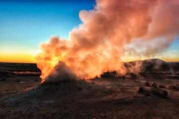 Geothermisches Feld Hverir in Island. Solfatar im Sonnenaufgang. Geothermal Energie_001
