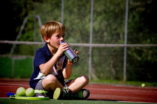 jeune tennisman - pause hydratation