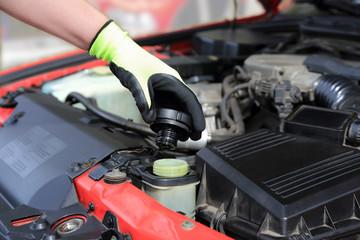 Auto serwis, sprawdzanie poziomu płynu chłodniczego w samochodzie.