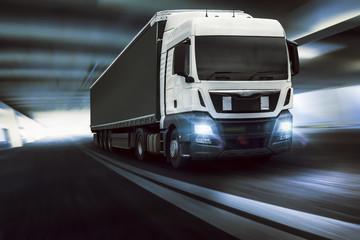 schneller Truck fährt durch Tunnel