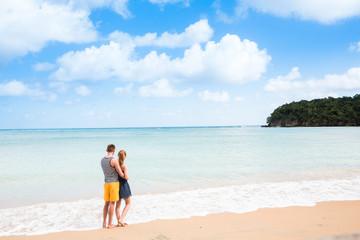 Ein junges und glückliches Pärchen in der Karibik auf Jamaika