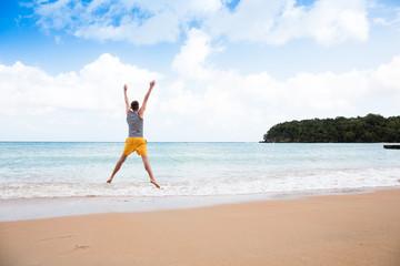 Ein junger und glücklicher Mann in der Karibik auf Jamaika