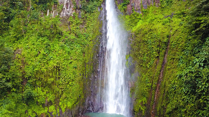 cascade dans la jungle tropicale