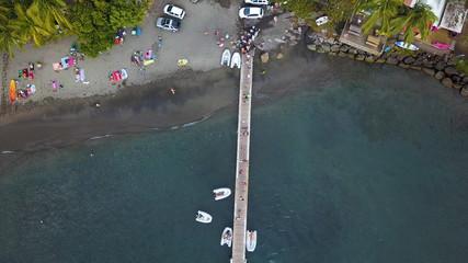 bateau en vue aérienne avec ponton