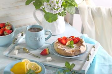 творожный тарт с клубникой,мятой  и чашкой кофе