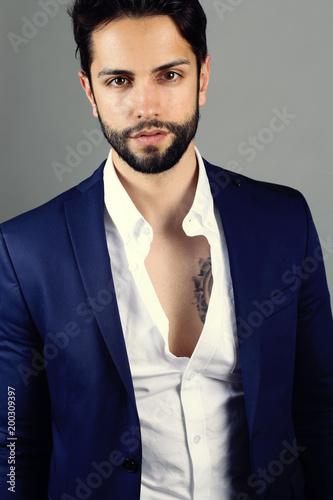 jeune homme styl portant une belle barbe en studio photo libre de droits sur la banque d. Black Bedroom Furniture Sets. Home Design Ideas