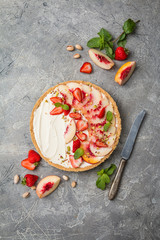 Delicious Tart with peaches and strawberries
