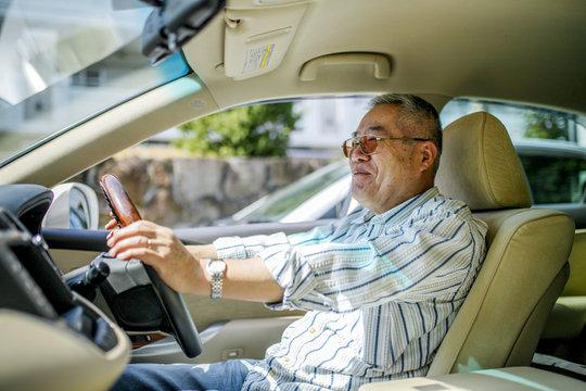 高齢者男性と車の運転