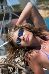 Donna in vacanza in barca a vela