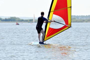 Surfen, Windsurfer gleiten auf dem Wasser
