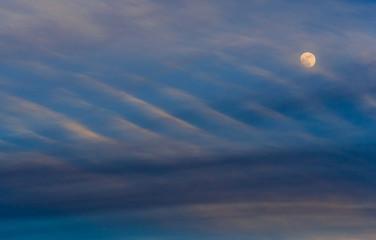 Luna llena al atardecer
