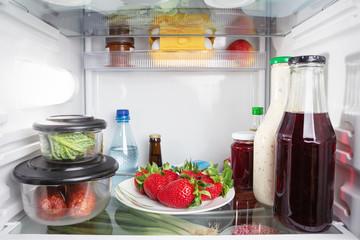 Lebensmittel im geschlossenen Kühlschrank