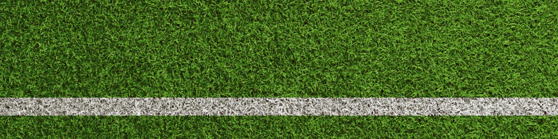 Linie auf Rasen vom Fußball Spielfeld als Panorama