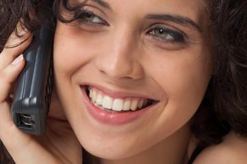 Donna con denti perfetti parla al telefono