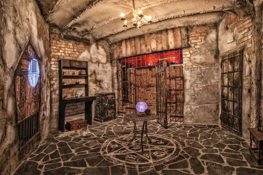 Escape room, controlled by hi-end electronics and rich in overwhelming special effects.