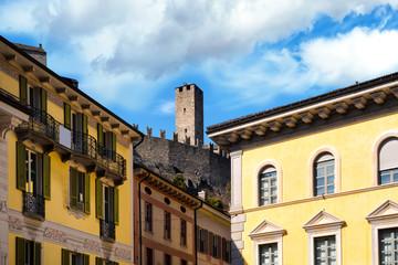 Castelgrande über den Häusern von Bellinzona, Schweiz