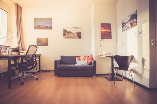 Wohnraum: Jugendzimmer mit Sofa, Drehstuhl