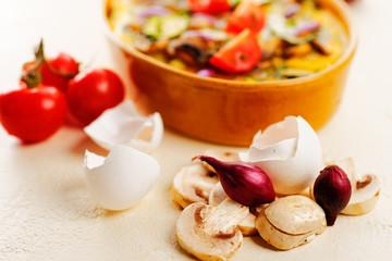 schalotten mit pilzen und tomaten vorm auflauf