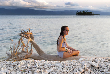 Silueta de chica joven, mujer joven, a contraluz, San blas, Guna Yala, Panamá, caribe, isla
