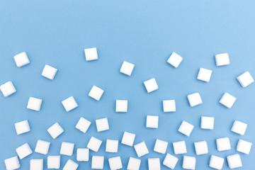 Viele weiße Zucker Würfel auf blauem Hintergrund