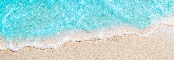 Autocollant pour porte Eau Soft wave of blue ocean on sandy beach with copy space fr text. Summer Background.