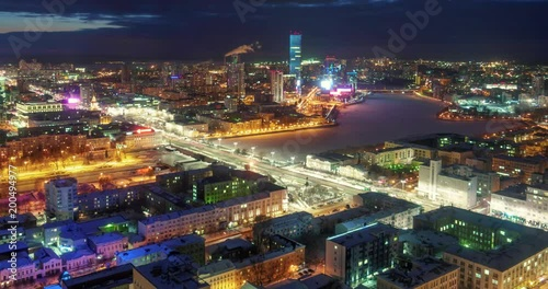 Fotobehang City of Ekaterinburg panorama with Iset river bank changing from sunset to night, Russia. 4K UHD timelapse.