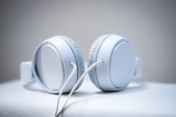 Weiße Kopfhörer, Musik hören und streamen
