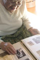 アルバムを見るおばあちゃん