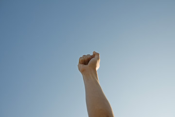 空に向けて突き上げた若者の手