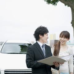 車のセールスするビジネスマン