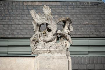 Statue Adler frisst Fuchs Schwan Ente