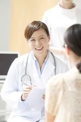 カウンセリングをする女医と患者