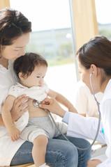 赤ちゃんの診察をする女医