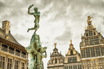 Stores à enrouleur Antwerp Cityscape - view of the Brabo fountain and a building the Guildhouses decorated with sculpture St. George, the Grote Markt (Main Square) of Antwerp, in Belgium