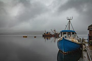 piccolo fiordo con attraccato un peschereccio Irlanda
