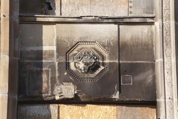 Verzierter alter ausgebrannter Fenstersims