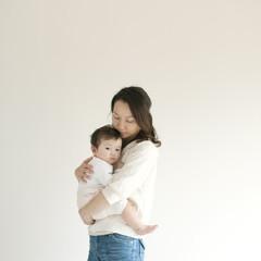 母親に抱かれた赤ちゃん