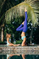 Mama und Kind machen Yoga, Schulterstand